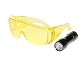 LAMPADA CERCAFUGHE 1 led U/V 3W-   Alimentazione : 2 batteria AA 1.5 V-  Occhiali con 100 % protezione U/V-  Frequenza luce U/V: 385 - 380 nm -  Corpo in alluminio- Valigetta in plastica