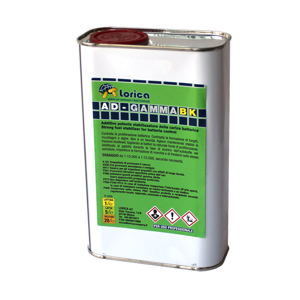 Potente stabilizzatore della carica batterica. Antialga concentrato per cisterne di gasolio e/o serbatoi esterni. Elimina fanghi e mucillagini di derivazione organica.AD-Gamma BK migliora notevolmente le caratteristiche di stabilità allo stoccaggio sia del biodiesel B100 (FAME) sia delle miscele con gasolio contenenti quote più o meno alte di biodiesel. Estremamente efficace per la bonifica di serbatoi e cisterne di combustibile.L´acqua, che è spesso presente nel serbatoio e di conseguenza anche nel gasolio, è il substrato essenziale per la proliferazione batterica.Le componenti attive presenti nell´ AD-Gamma BK sono altamente efficienti nell´aumentare la stabilità all´ossidazione delle miscele con biodiesel, sia secondo la metodica analitica Rancimat Modificato, sia secondo la metodica ASTM D2274. AD-Gamma BK contiene un innovativo disperdente in grado di ridurre notevolmente la Cold Soak Filter Blocking Tendency* sia del B100 che delle miscele con Biodiesel evitando l´intasamento dei filtri causato da inquinanti presenti nella quota di biodiesel del gasolio.Se il trattamento viene ripetuto nel tempo impedisce nuove formazioni di colonie batteriche. Per le sue specifiche caratteristiche AD-Gamma BK è particolarmente indicato nelle situazioni che vedono i serbatoi e le cisterne esposte a alti tassi di umidità come ad esempio in campagna o nella nautica commerciale e da diportoUSO:Per ottenere la massima resa di bonifica da batteri, funghi, alghe e muffe, versare il prodotto in proporzione alla quantit… di carburante presente nella cisterna. Attendere tra le 24 e le 36 ore prima di prelevare o aggiungere gasolio.Indicato per trattamento continuativo con dosaggio 1 lit. su 10.000 litriSi consiglia un trattamento d´urto della cisterna e del serbatoio almeno una volta all´anno o secondo specifiche necessità.NOTA: se la contaminazione solida è visibile (presenza di consistenti precipitati solidi, mucillagini, alghe) è necessario effettuare una pulizia meccanica e success